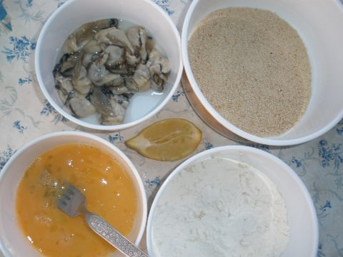 A photo of the raw oysters and coatings.