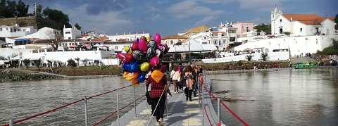 Ballons crossing the bridge, Festival do Contrabando