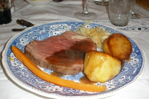 A photo of a Roast beef dinner plate.