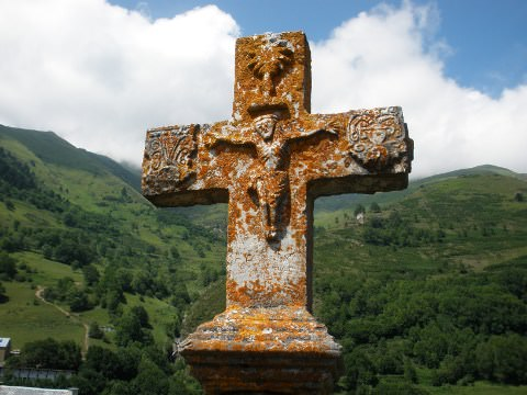 A photo of a cross in Aulon.