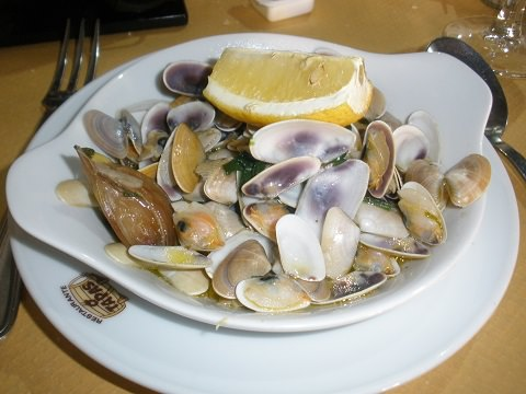 Cooked mussels in butter