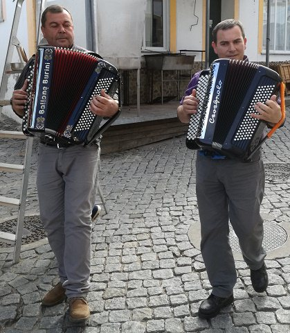 Singing accordian players, Festival do Contrabando